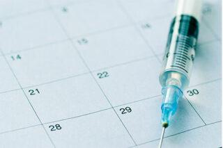 Frauenarztpraxis Marienheide Dr. Aleksandrow - Impfberatung - Spritze auf Kalenderblatt