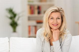 Frauenarztpraxis Marienheide Dr. Aleksandrow - Wechseljahre-Beratung - lächelnde gutaussehende Frau mittleren Alters