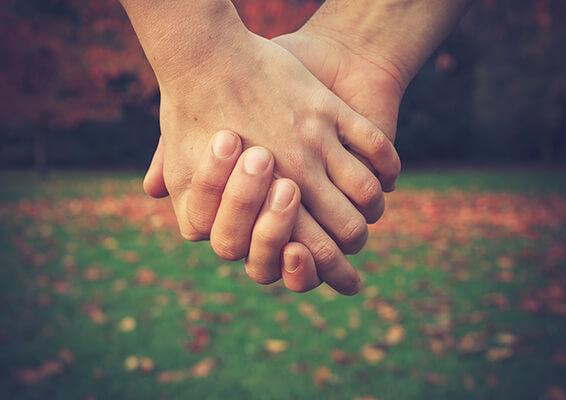 Frauenarztpraxis Marienheide Dr. Aleksandrow - Verhütungsberatung - Händchenhalten